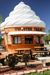 Twistee Treat, St Petersburg Beach, Florida (wyojones) Tags: florida stpetersburgbeach twisteetreat icecream softserve building icecreamstand food benches softicecream twisted icecreamcone picnictables
