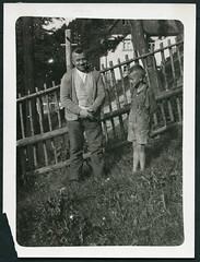 Archiv H840 Vater mit Sohn, 1920er (Hans-Michael Tappen) Tags: archivhansmichaeltappen vater sohn garten holzzaun wiese outdoor outfit kleidung lederhose junge boy father haus hosentrger braces uhrenkette 1920er 1920s