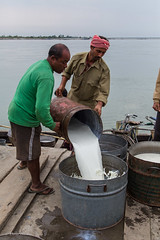 """Livraison du lait sur le Brahmapoutre 2 • <a style=""""font-size:0.8em;"""" href=""""http://www.flickr.com/photos/71979580@N08/15847165471/"""" target=""""_blank"""">View on Flickr</a>"""