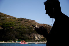 musica da spiaggia. (LucaBertolotti) Tags: cavoli elba isoladelba music smartphone musica beach spiaggia summer sea spiaggiadicavoli silhouette people toscana italia italy tourists turisti