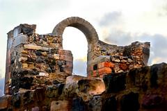 Runa atrs do Teatro (Vera Schuck Paim) Tags: teatro romano ruinas em cartagena espanha spain runa romanas colunas mrmore rosa jardins caminhos reconstruoes