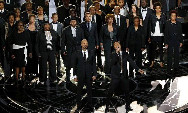 Common, à esquerda, e John Legend cantam Glory, música de SELMA que levou o prêmio de melhor canção original