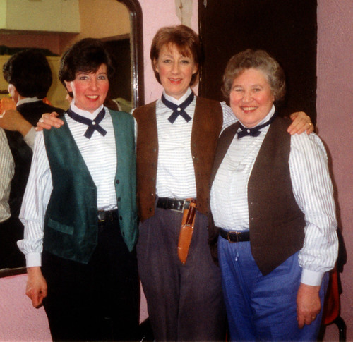 1998 Tom the Pipers Son 01 (from left Pauline Milner, Linda Ellis, Rita Hampton)