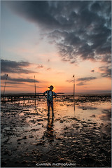 W.H.I.T.S.T.A.B.L.E     B.O.Y (Kevin HARWIN) Tags: water sea beach sand stones rocks person boy male sunset sun red orange hat sky clouds canon eos 70d 1755mm whitstable bubble kent south east england uk britain
