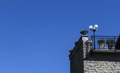 Balcone (M.a.r.t.Y) Tags: blu cielo balcone sky balcony lampione fiori visso umbria italia
