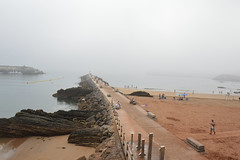 La niebla (JC Arranz) Tags: espaa playa gente asturias niebla ciudad cands espign baistas marcantbrico