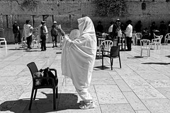 Jerusalem! (Hemo Kerem) Tags: israel street a7rm2 a7rii zeissloxia35mmf2biogon loxia35mmf2 loxia235 zeiss loxia jerusalemoldcity oldcity thewesternwall westernwall thekotel kotel religion religious people blackwhite bw 35mm biogon manualfocus mf sony sonya7rm2 ilce7rm2 alpha