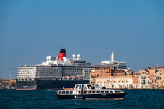 Queen Elizabeth in Venedig (Oberau-Online) Tags: venezia schiff kreuzfahrtschiff venedig italy xt1 queenelizabeth italien venice fujifilm cunard
