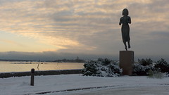 A view from Rauhanpatsas to Suomenlinna (Kaivopuisto, Helsinki, 20141223) (RainoL) Tags: winter sea sculpture statue finland geotagged helsinki december balticsea u helsingfors fin seashore 2014 uusimaa nyland ehrenstrmintie 201412 20141223 geo:lat=6015897358 geo:lon=2496190942