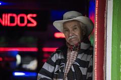 (Cristian GV) Tags: street downtown retrato centro oldman sonrisa sombrero frío medellín taberna señor
