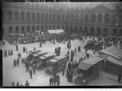 1915-07-12. Les autos ambulances russes aux Invalides [12 juillet 1915, vue gnrale] [photographie de presse] (foot-passenger) Tags: bibliothquenationaledefrance bnf gallica oldphoto 1915 ambulance france wwi worldwari