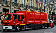 BSPP - CESD 4 (Arthur Lombard) Tags: street light red paris france truck rouge army nikon military 911 renault firetruck camion firestation 18 emergency firedepartment militaire bluelight firebrigade arme 999 pompiers armedeterre armefranaise bspp gyrophare pompiersdeparis renaulttruck renaultmidlum cesd gyroled nikond7200 cesd4