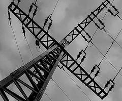 crossing (FotoTrenz NRW) Tags: abstract monochrome lines pattern crossing power cross energie x diagonal kreuz powerlines sw kontrast strom strommast linien kreuzen