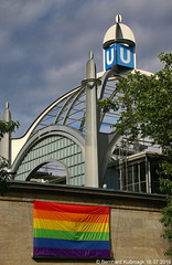 Europa, Deutschland, Berlin, Schneberg, Nollendorfplatz, Hochbahnhof, U-Bahn-Linie U2 (Bernhard Kumagk) Tags: europa deutschland berlin schneberg motzstrasenkiez europe duitsland  njemaka  tyskland  jerman germania   germany allemagne vcija vokietija niemcy alemanha nemaka nemecko nemija alemania   almanya nmecko    saksa   almaniya  bernhardkusmagk bernhardkussmagk gay schwul gai homosexuell lesbisch queer ubahn subte subway underground metro mtro metr fldalattivast untergrundbahn undergrundsbane      tunnelbane tunnelbana hochbahn bvg hochbahnhof elevatedrailway nollendorfplatz u2 regenbogen rainbow