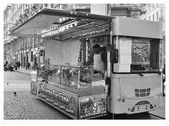 Ristorasi, aranciasi. (GiannLui) Tags: milan dante milano via peddler panini bibite viadante ambulante venditoreambulante