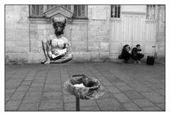 Quartier du Marais (Phil C3) Tags: street bw blackwhite noiretblanc pigeon nb minotaure x100s
