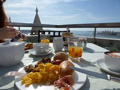 Petit-djeuner sur une terrasse. (caramoul25) Tags: venise venice venezia terrasse vue baie petitdjeuner omelette capucino caramoul25