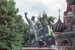 Kozma Minin and Dmitry Pozharsky (Andrey  B. Barhatov) Tags: city summer urban sculpture history film analog canon cityscape russia moscow sunday urbanart urbanexploration streetphoto redsquare monuments 3m citywalk expiredfilm moskva analogphoto  2016 citywalks   russianfederation  iso50 canoneos55  overduefilm moscowwalks sigmaaf70300mm analoguephotography scotchcolor100 filmtype135 filmoriginal withoutanyprocessing  filmmood analogcolor filmfilmforever barhatovcom  sigmaaf70300mmf456dlmacrosuper  3scotchcolor100