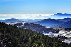 El infinito es azul (Japo Garca) Tags: azul cielo montaas niebla nieve bosque paisaje landscape