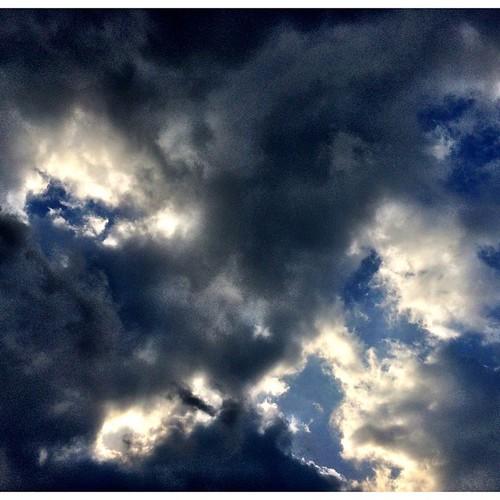師走1日目の空♪♪  雨はあがって、雲が多く風がビュービュー吹いてます 気温はそんなに低く無く、青空も雲の隙間から観えてる長崎・大村です  今日も頑張って行こうと思います!!
