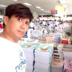 มาหาหนังสืออ่านซะหน่อย ปีหน้าจะต้องเตรียมสอบเข้ามหาลัยแล้ว!! ><