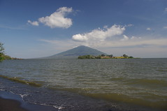 Charco Verde Reserve, Island of Ometepe, Nicaragua (ARNAUD_Z_VOYAGE) Tags: blue sky cloud sun mountain lake color verde beach colors clouds america landscape island monkey volcano words site amazing republic view centro central bat reserve concepción huge monkeys nicaragua volcanoes ome region domingo isla department santo bats rivas ometepe centrale volcan maderas howler charco nahuatl isthmus tepetl