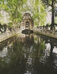 Paris - Jardin du Luxembourg (delphinebrg) Tags: paris france fontaine jardin garden nature ombre eau extrieur pierre sculpture