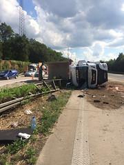 A5 bei Bruchhausen - Unfall mit LKW - 26 Tonnen Sand auf Autobahn - 26.07.2016 (GoldstadtTV) Tags: lkw sand a5 bruchhausen autobahn vu unfall
