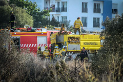 extingido el incendio , recojiendo el material (ibzsierra) Tags: ibiza eivissa baleares canon 7d 100400isusm bomberos ibanat incendio forestal