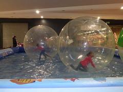 un gioco per bambini all'interno di un centro commerciale
