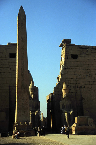 """Ägypten 1999 (266) Tempel von Luxor: Vorhof, Obelisk und Pylon • <a style=""""font-size:0.8em;"""" href=""""http://www.flickr.com/photos/69570948@N04/27723685824/"""" target=""""_blank"""">View on Flickr</a>"""