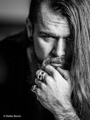 IMG_7523-Modifier (DidierBonin) Tags: noiretblanc nb blackwhite bw portrait bague ring skull hair bearded
