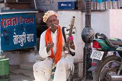 uomo musicista (micheledesideri@gmail.com) Tags: musician india face market beggar turban musicalinstrument mercato viso musicista turbante mendicante strumentomusicale micheledesideri