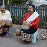 126. Laos. Luang Prabang. Cérémonie des offrandes aux moines, au lever du jour thumbnail