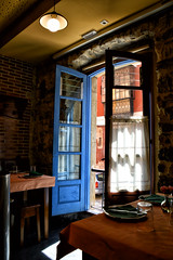 La ventana (JC Arranz) Tags: españa interior asturias luz azul reflejos ventana gijón restaurante sidrería