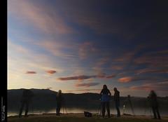 Alg hi posa els nvols, altres els fotografien... (Felip Prats) Tags: sunset atardecer catalunya nwn banyoles estany capvespre pladelestany