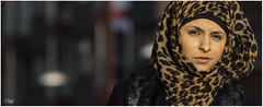 Leopard woman (zilverbat.) Tags: city portrait woman cinema blur holland dutch face dof bokeh candid islam thenetherlands culture streetlife denhaag leopard cinematic portret thehague vrouw cultuur mensen hoofddoek moslima candidphotography 2015 religie haags straatfotografie leopardwoman straatfotograaf zilverbat hoofdbedekking haagsportret elvinhagekpnplanetnl avaidablelight