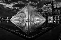 Pyramide du louvre (natacha.mateus) Tags: blackandwhite paris france monument architecture night canon photography exposure ledefrance foto noiretblanc louvre nuit pyramidedulouvre grandangle poselongue nbw poselente