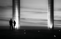 Sunset Rendezvous (Inge Vautrin Photography) Tags: street light sunset sky people blackandwhite bw portugal monochrome silhouette outside outdoors lights evening couple europa europe outdoor dusk lisboa lisbon streetphotography silhouettes meeting date pillars rendezvous