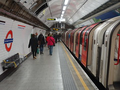 201607022 London subway station 'Tottenham Court Road' (taigatrommelchen) Tags: 20160626 uk london cityofwestminster central perspective icon urban railway railroad mass transit subway station tunnel train