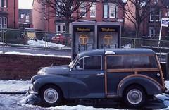 Museum des 20. Jahrhunderts / Museum of the 20th Century (bartholmy) Tags: newcastleupontyne jesmond westjesmond woodie morrisminor telefonzelle phonebooth phonebox ente 2cv gelnder banister schnee snow