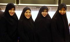 مهماندارانی که فقط بالا تنه هاشون چادر دارد! (وبگردی) Tags: تایلند لباسمهمانداران نیمهچادری