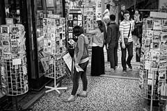 Cartes postales (Paolo Pizzimenti) Tags: paris film paolo femme olympus galerie f18 passage rue bastille zuiko vélo homme gens omd argentique 25mm vivienne em1 cartepostale pellicule m43 piétons mirrorless doiesneau
