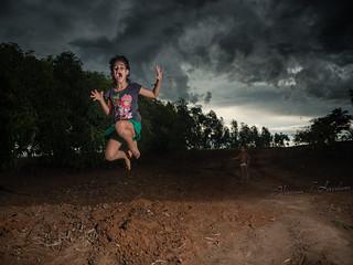 Divertindo pulando e brincando com as outras crianças
