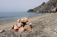 Futuros diplodocus en la playa (Micheo) Tags: piedras pebbles guijarros stones arena playa sand elcauelo torre tower watchtower