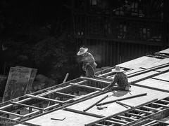 sur les toits (Hlne Baudart) Tags: cigarette chine travaux toits fume