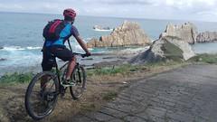 """a través de los """"dientes"""" de Los Urros (L C L) Tags: sea bike azul ruta mar holidays n bicicleta vacaciones nacho cantabria 2016 cantábrico liencres lcl marcantábrico arnía piélagos urros costaquebrada loretocantero losurros"""