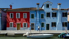 red & blue (Blende1.8) Tags: burano venedig venice venezia farben colours colors colorful bunt farbenfroh facade fassade boat boot kanal canal summer sommer blauerhimmel buildings gebude huser italien italy carstenheyer nikon d600 2485mm nikkor italia mensch people street altermann oldman rentner fenster windows tr tren door doors