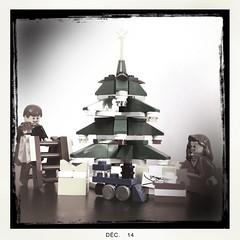 La dcoration du sapin (nefasth) Tags: toy lego minifigs jouet minifigures decoratingthetree 40058 hipstamatic