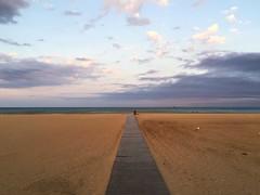 Voir venir la nuit... (Reb et Ka) Tags: evening summer sunset beach portlanouvelle